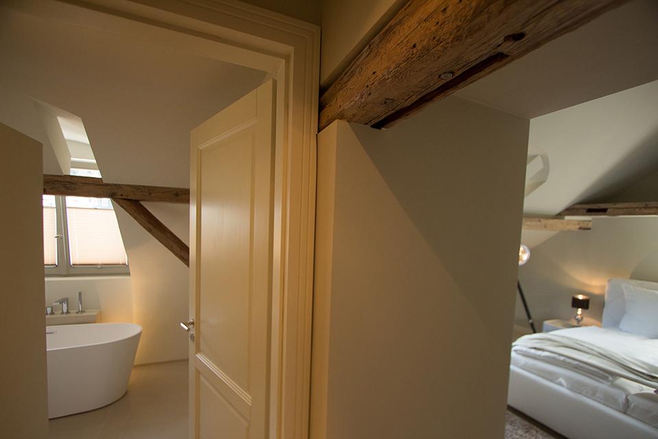 Bett in dunklem Raum im Boardinghouse - Inneneinrichtung Heidelberg, Mannheim, Stuttgart - Gaffga Interieur Design. Planung und Ausführung - Lichtplanung - Möbel auf Maß.