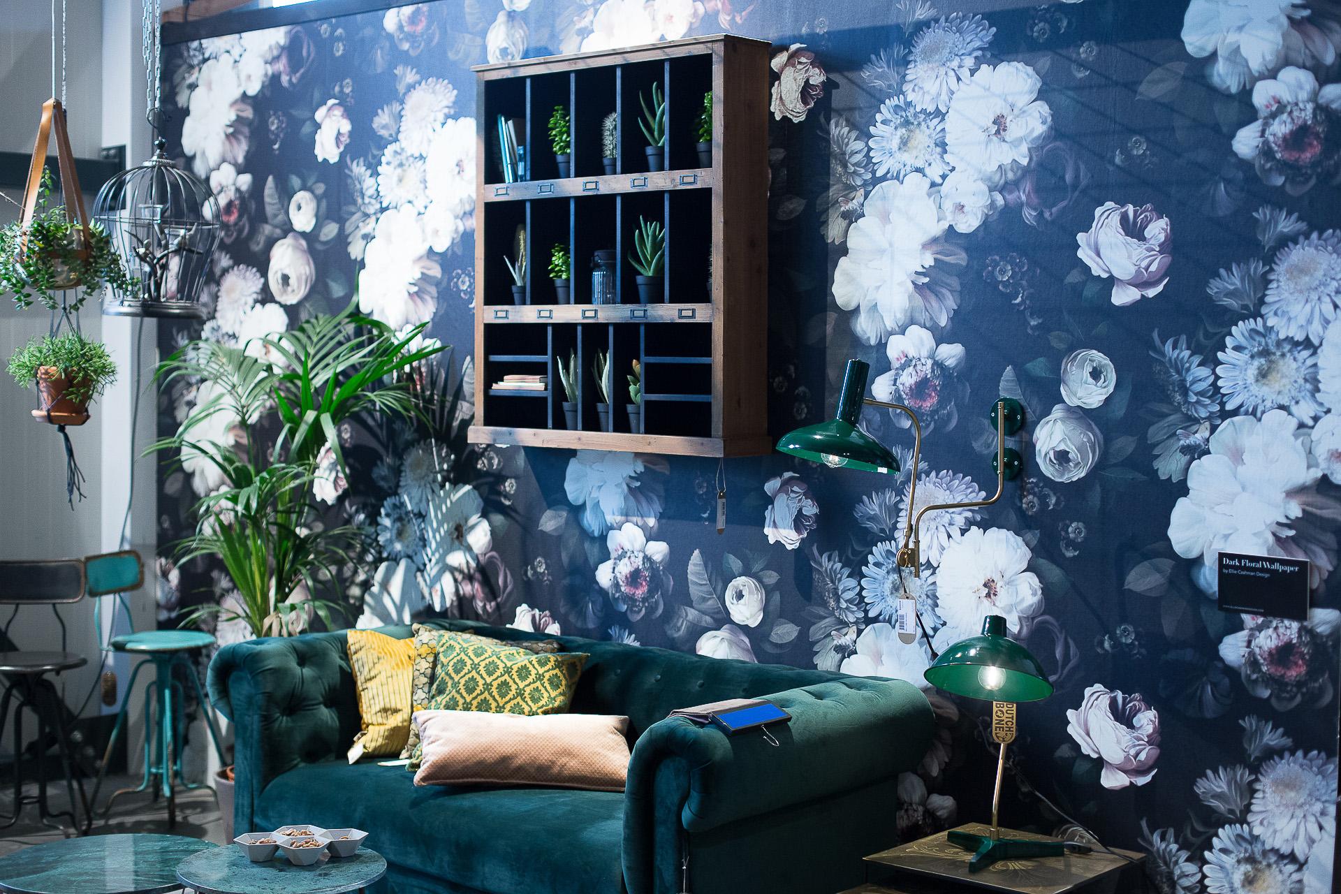 Inneneinrichtung Heidelberg, Mannheim, Stuttgart - Gaffga Interieur Design - Moebel von Zuiver, grünes Sofa vor bunter Blumentapete