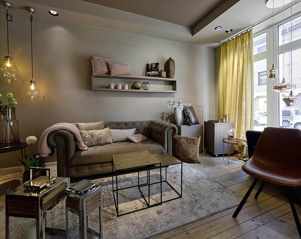 Inneneinrichtung Heidelberg Mannheim mit Gaffga Interieur Design - Showroom - Sofa mit Blick zum Fenter - Gaffga Interieur Design
