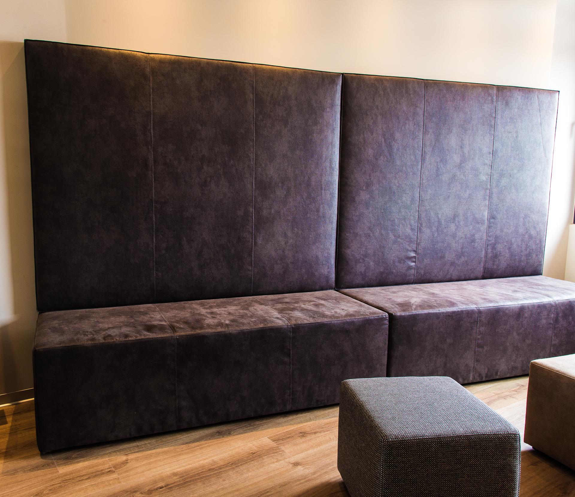 Sitzbank aus Leder im Warteraum - Inneneinrichtung Heidelberg, Mannheim, Stuttgart - Gaffga Interieur Design. Planung und Ausführung - Lichtplanung - Möbel auf Maß. Arztpraxis