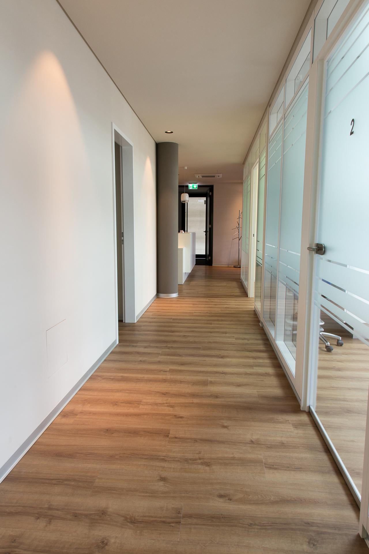 Flur eine Seite verglast - Inneneinrichtung Heidelberg, Mannheim, Stuttgart - Gaffga Interieur Design. Planung und Ausführung - Lichtplanung - Möbel auf Maß. Arztpraxis